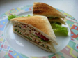 Sandwich club de cangrejo y salmón ahumado